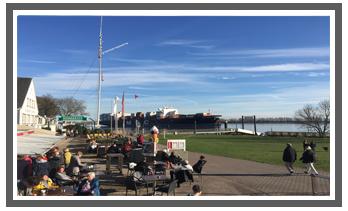 BIergarten an der Elbe mit Schiffsbegrüßungsanlage Willkomm Höft